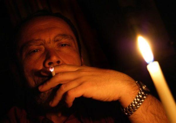 муж курит
