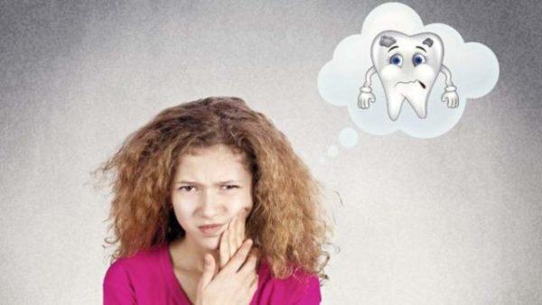 Боль в зубах у девушки