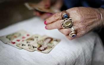 руки старой гадалки