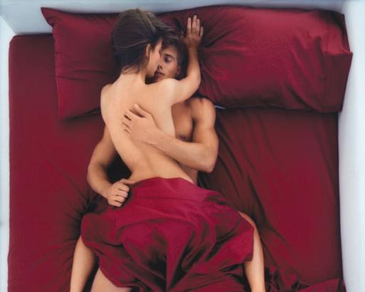 фото первый секс девушки и парень в постели выйдет кровь