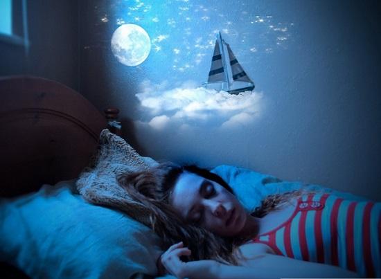 девушке снится сон