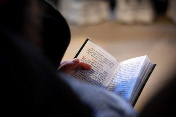 читает молитву