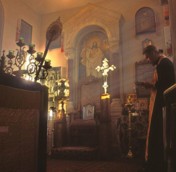 молитвав храме