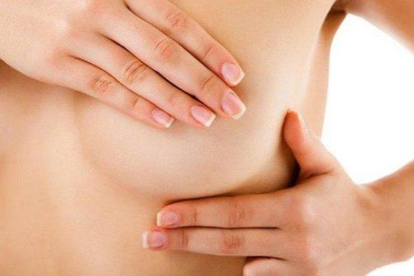 К чему чешется правая грудь: приметы и толкование