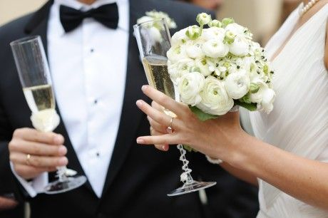 муж выпивает на свадьбе
