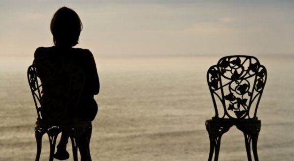 одиночка сидит на стуле
