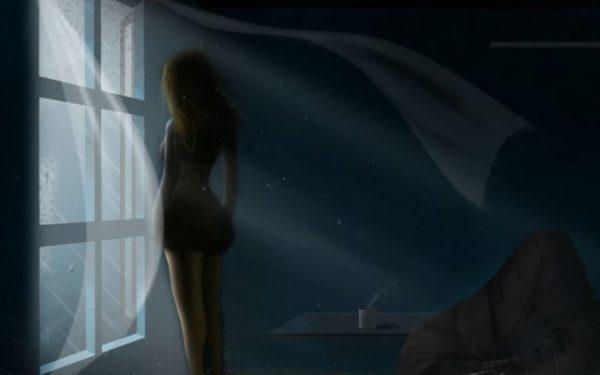 девушка стоит возле открытого окна