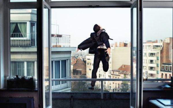 выпасть из окна