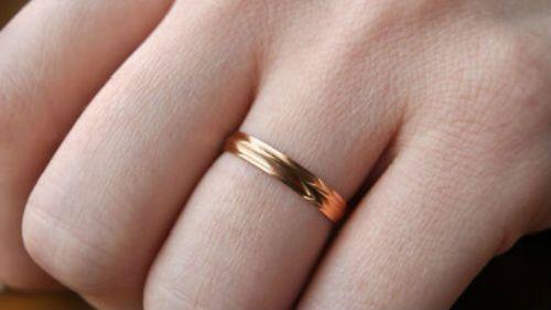 золотое кольцо на пальце
