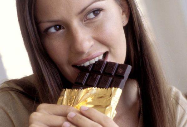 кушает шоколадку