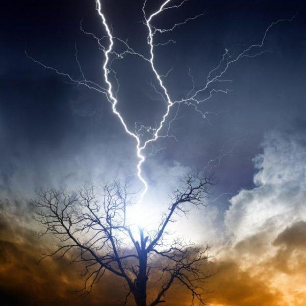 снится молния в небе